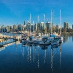 Яхт-клуб с городским ландшафтом