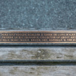 Именная скамейка в честь какого-то чудака